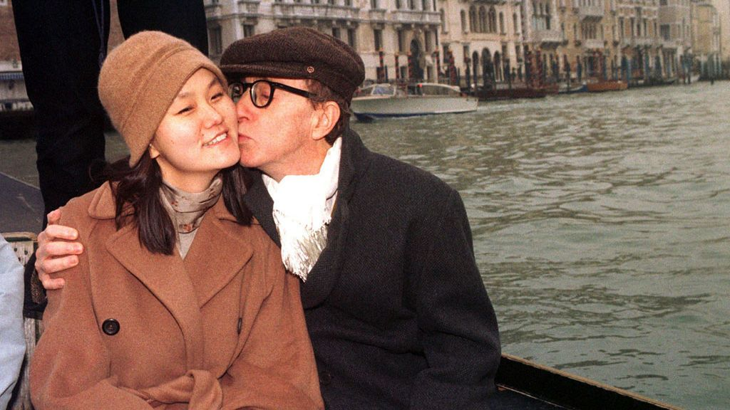 Woody Allen y Soon-Yi, en una góndola de Venecia, tras su boda (1997)
