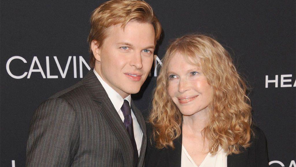 Ronan Farrow con su madre, Mia Farrow. en un evento en Los Ángeles (2018)