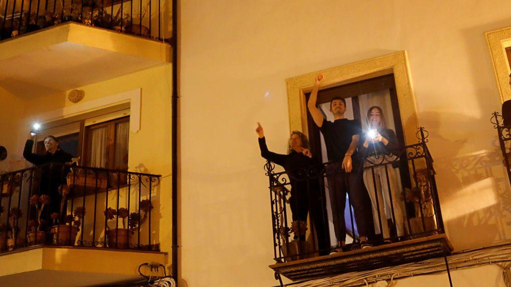 Apagar la luz y encender la linterna desde el balcón: una Hora del Planeta muy diferente con mensaje especial