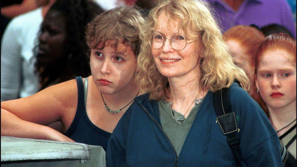 Mia Farrow con su hija Dylan (antes llamada Eliza), en 2001