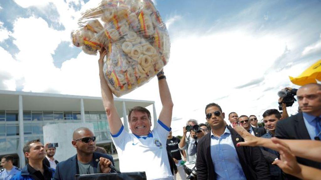 Jair Bolsonaro, este martes en un acto público rodeado de miles de seguidores en pleno aumento de casos de coronavirus en el país