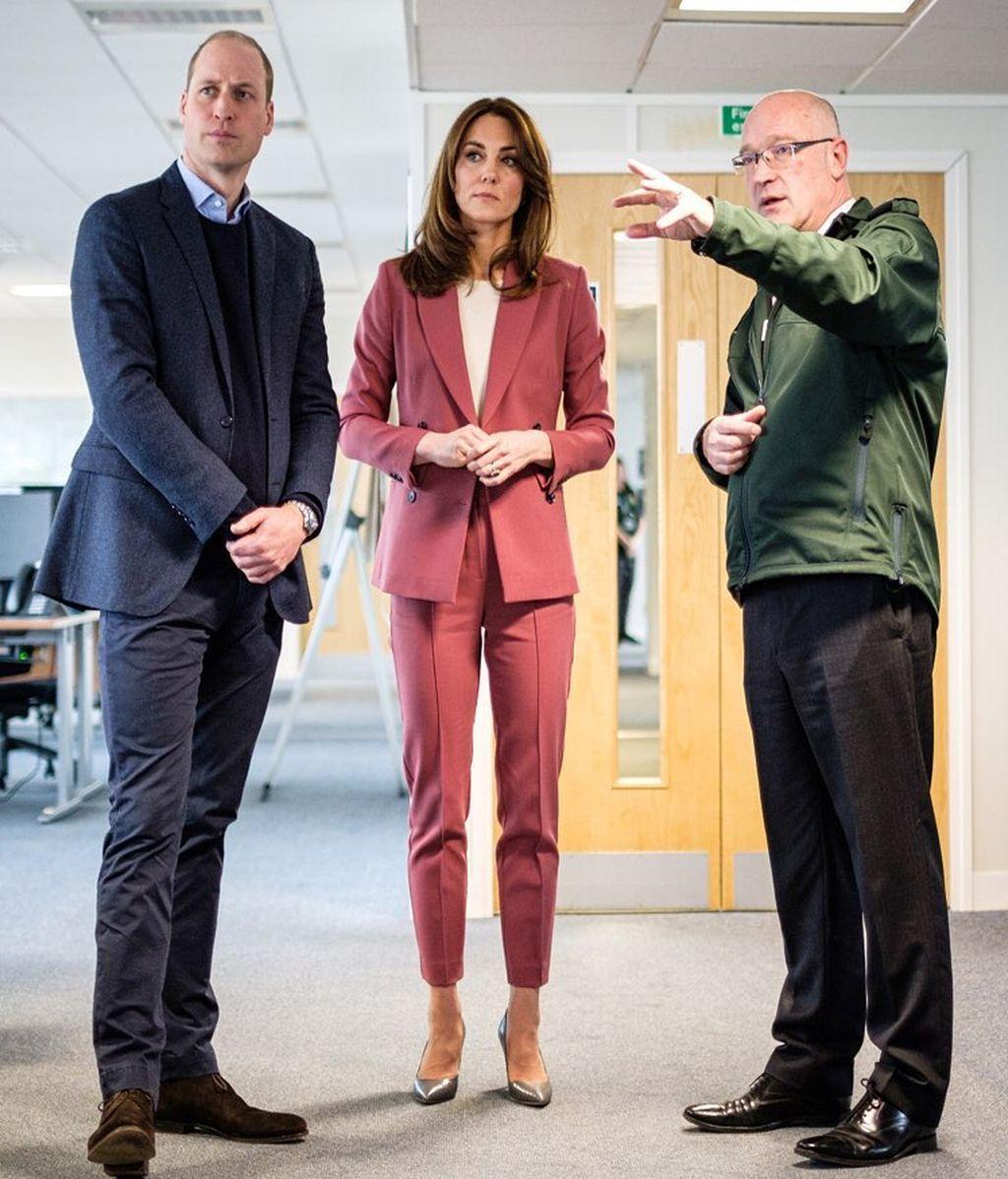 Los duques de Cambridge, testigos de los esfuerzos del personal sanitario