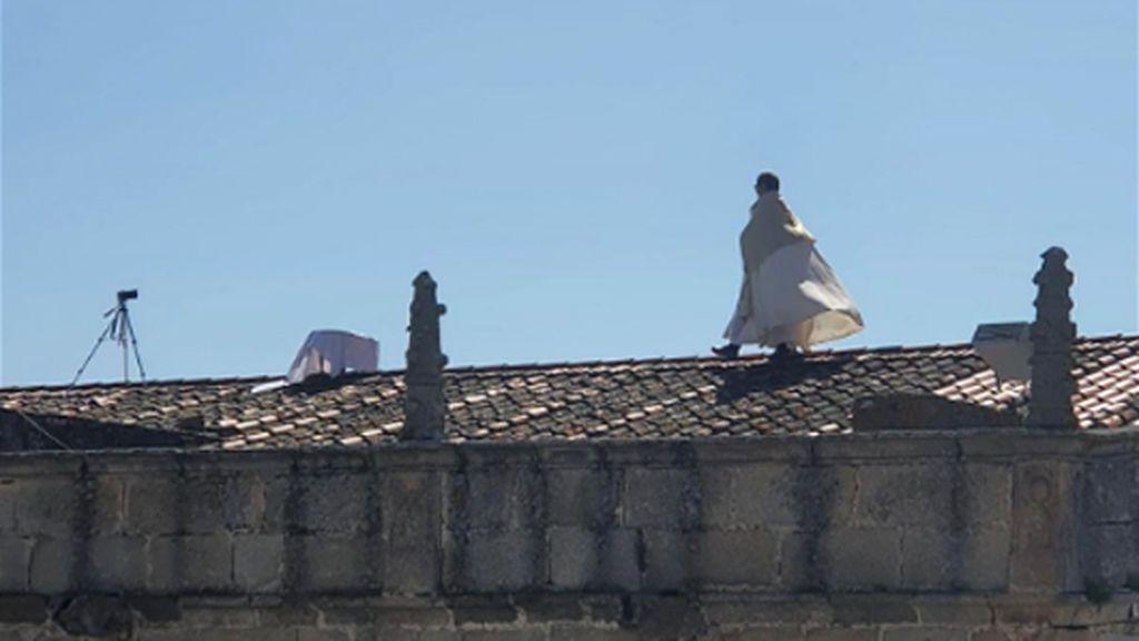 El párroco de un pueblo de Cáceres bendice la localidad desde el tejado de la iglesia