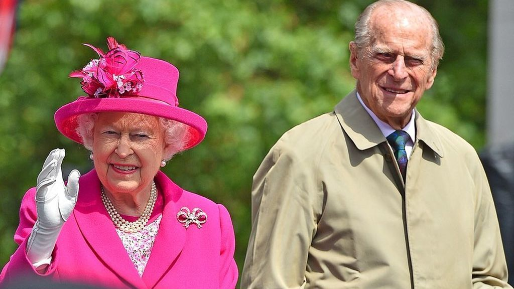 La reina de Inglaterra, junto al duque de Edimburgo