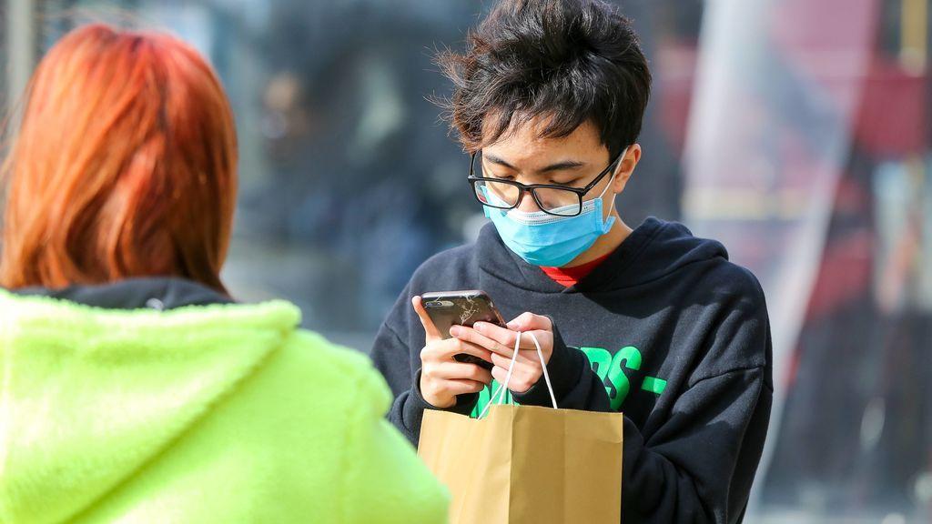 El riesgo real de que nuestro móvil o un paquete por correo nos contagien el coronavirus