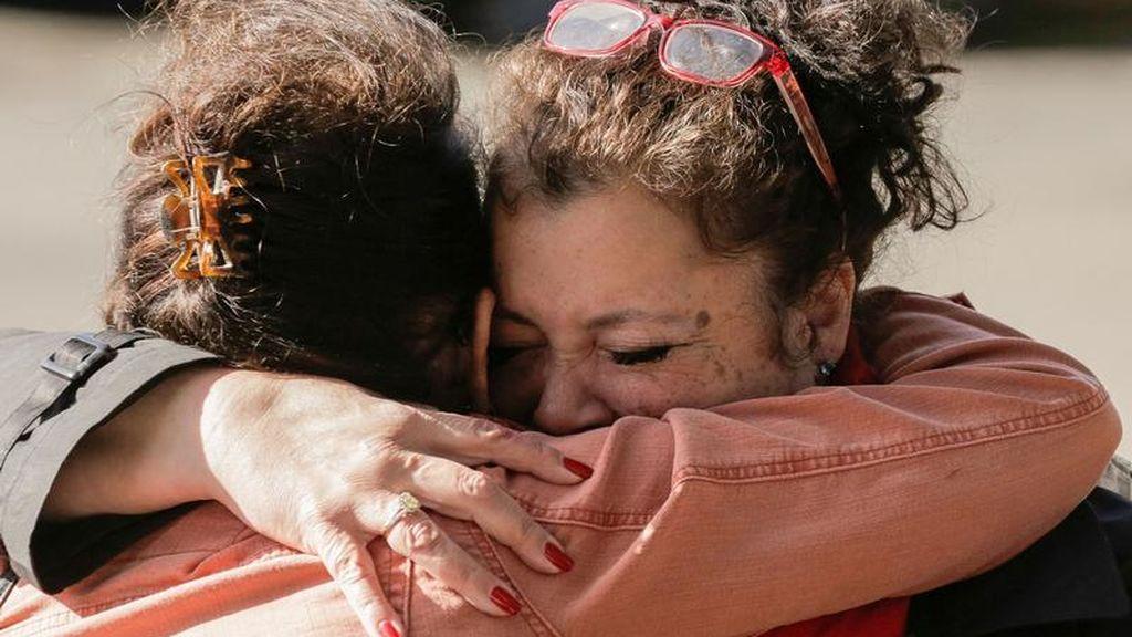 El abrazo de dos hermanas