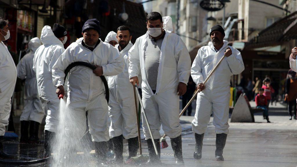 Mueren 30 personas en Turquía por beber etanol creyendo que protege del coronavirus