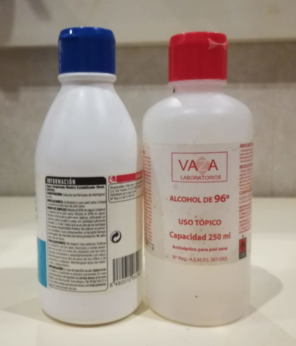 Alcohol de farmacia y agua oxigenada.