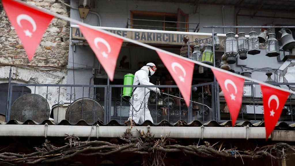 Ascienden a 30 los muertos en Turquía por beber etanol creyendo que protege contra el coronavirus