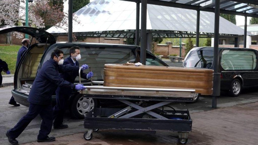Empleados de una funeraria en el cementerio de La Almudena
