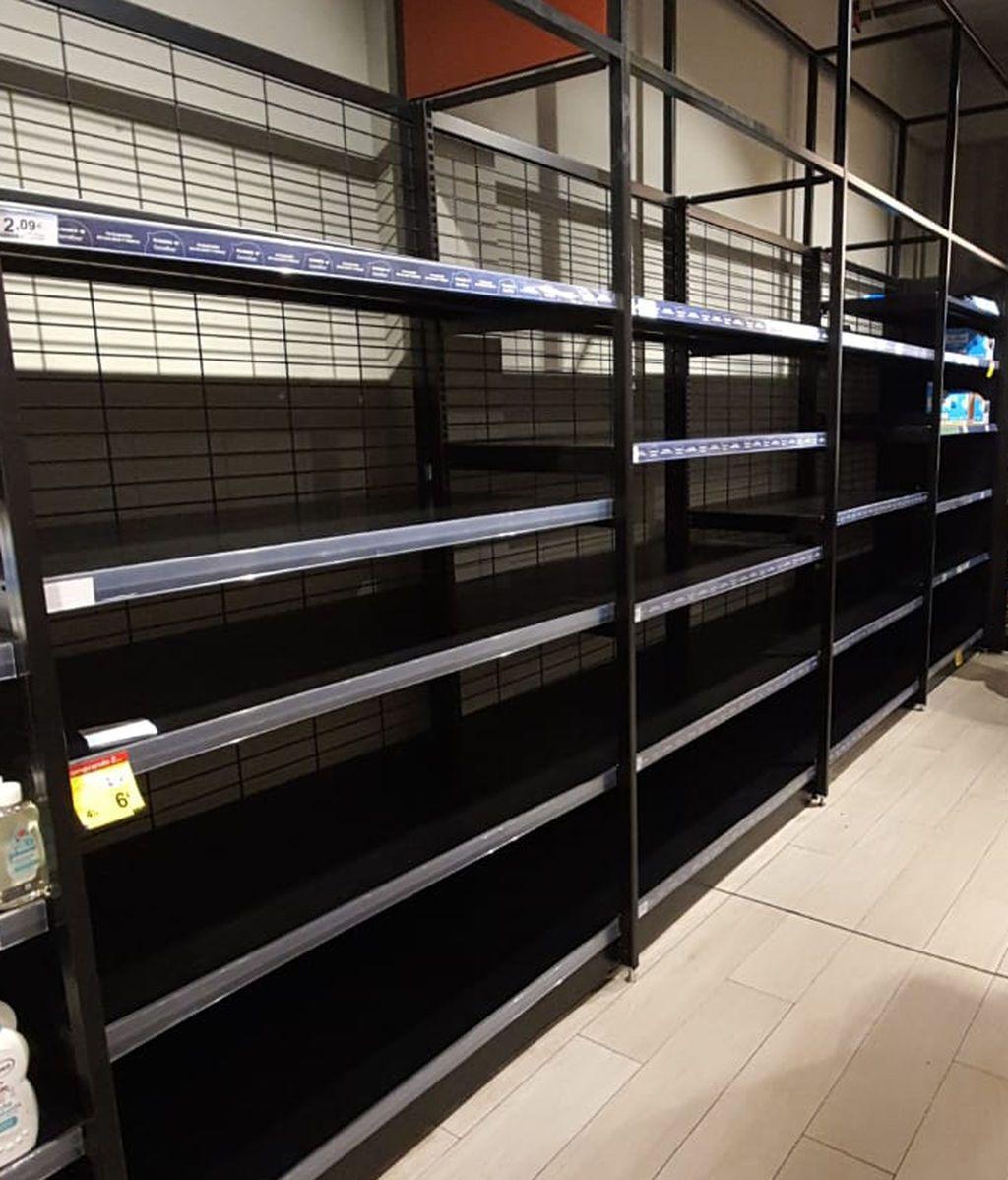 Estantería vacía en un supermercado