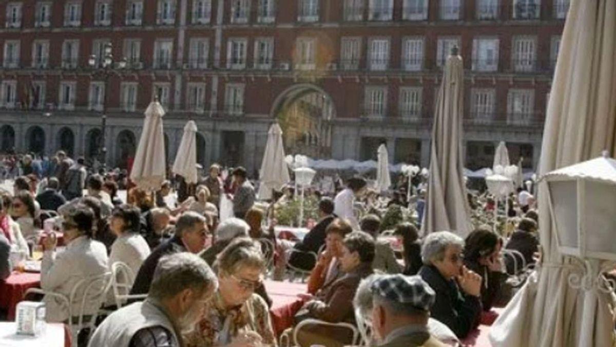 'The Guardian' machaca a Sánchez por dejar irse de terrazas a los españoles, pero Johnson cerró los bares hace poco