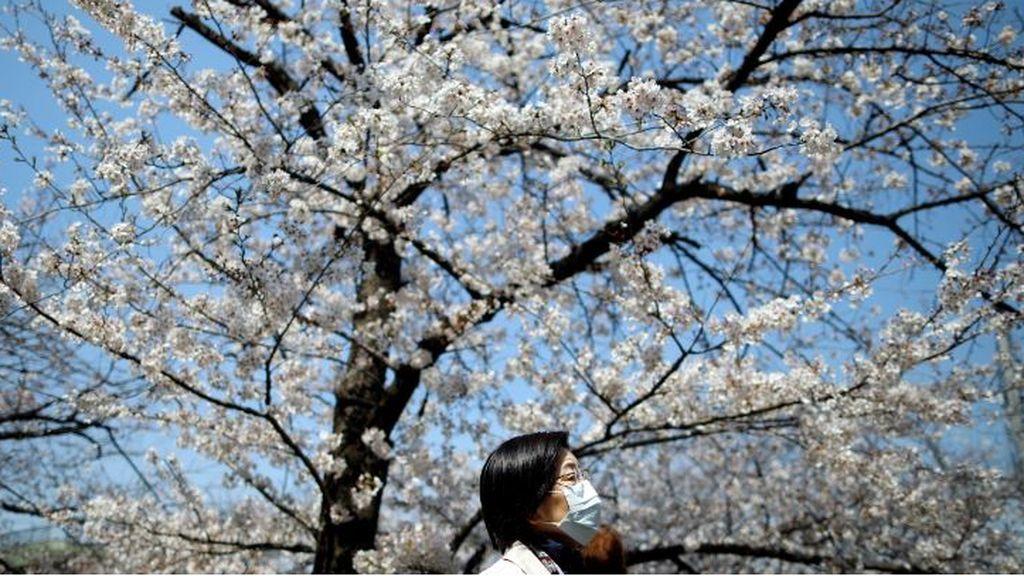 Imagen de una mujer con mascarilla en Tokio, Japón país con más de 2.000 contagiados por coronavirus