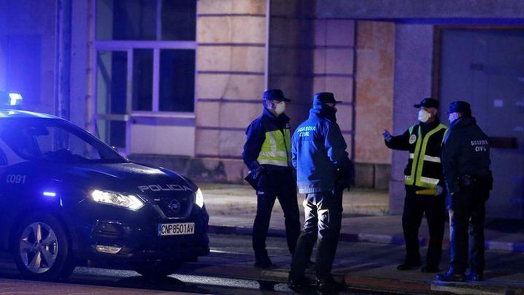 La policía detiene a una persona que fumaba hachís en un portal por saltarse el estado de alarma y escupir a los agentes en la cara