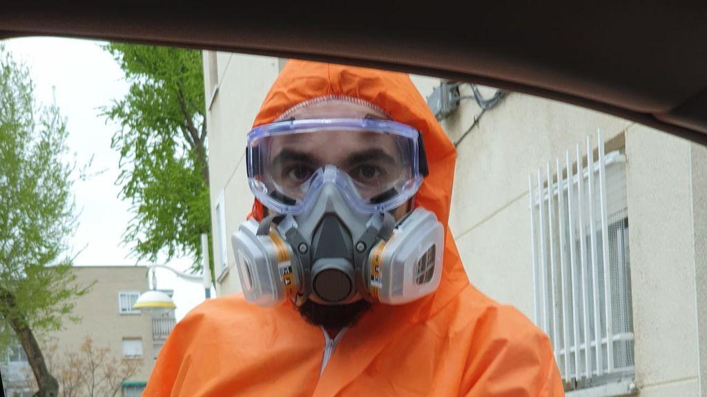 Iván Sevillano, 'el Huecco', con la máscara que utiliza para repartir comida