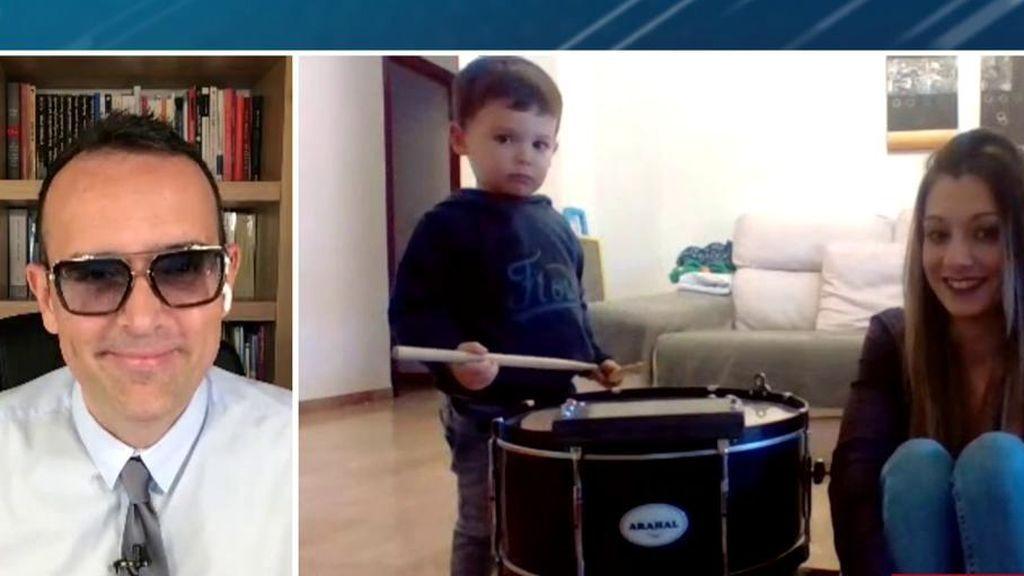 """Hugo toca el tambor en directo y explica por qué no se puede salir a la calle: """"Hay bichitos"""""""