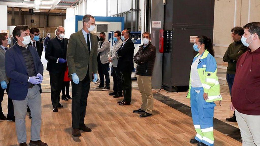 El Rey Felipe VI visita el hospital de campaña montado en Ifema para enfermos de COVID-19