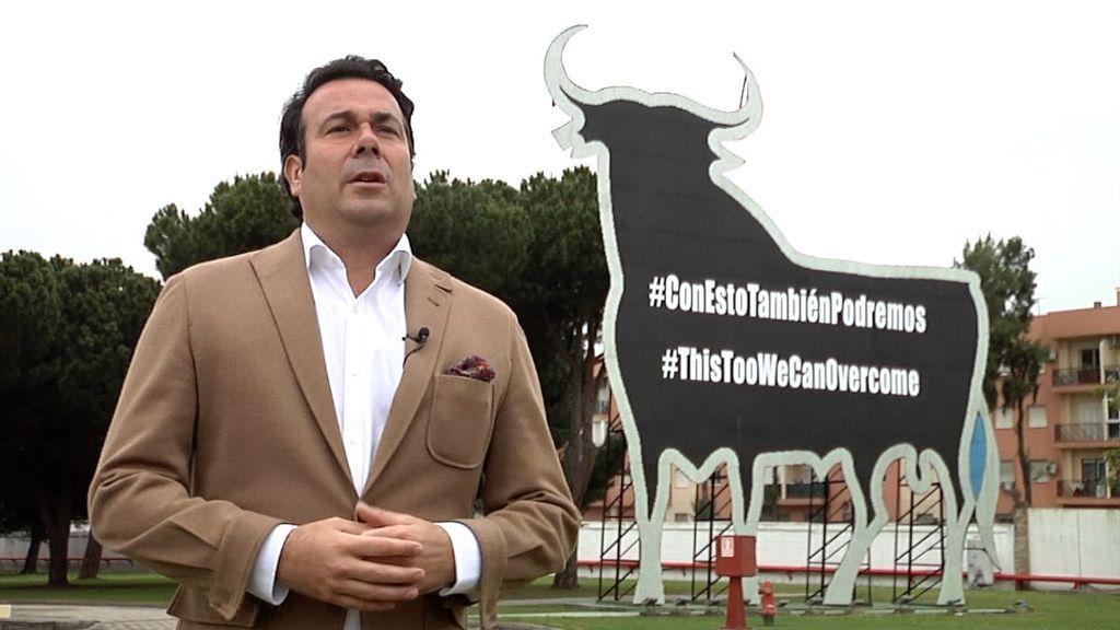 El director de la fundación Osborne ante el toro rotulado