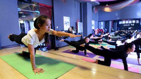 5 Posiciones De Yoga Basicas Para Principiantes Deportes Cuatro