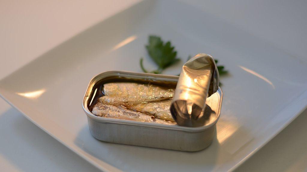 No solo en cuarentena, las latas de conservas abiertas no se deben meter en la nevera