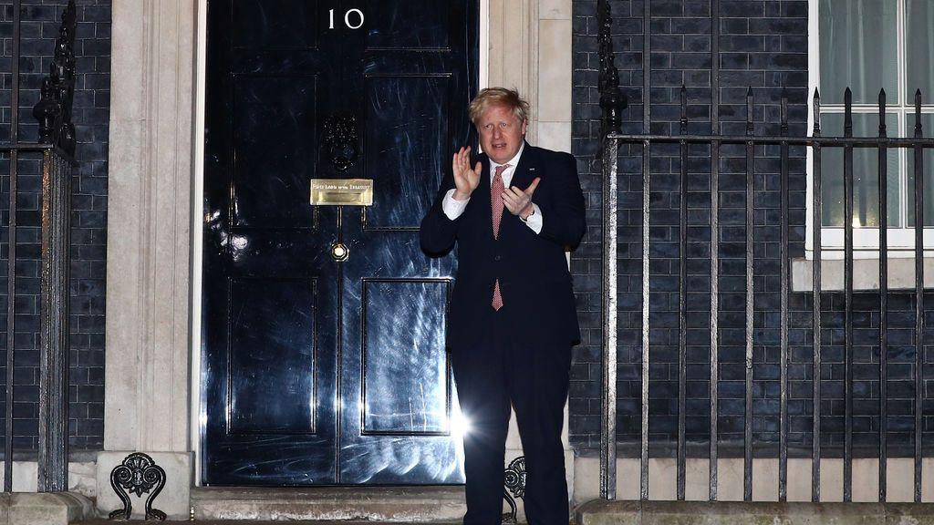 Boris Johnson aplaude en su residencia de Londres