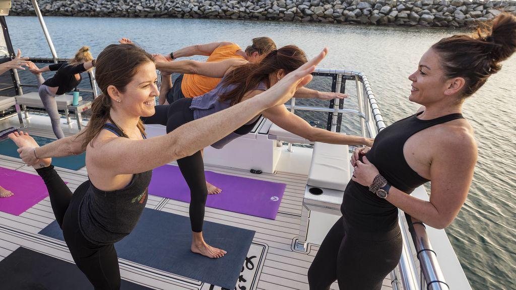práctica de yoga en espacio abierto al mar