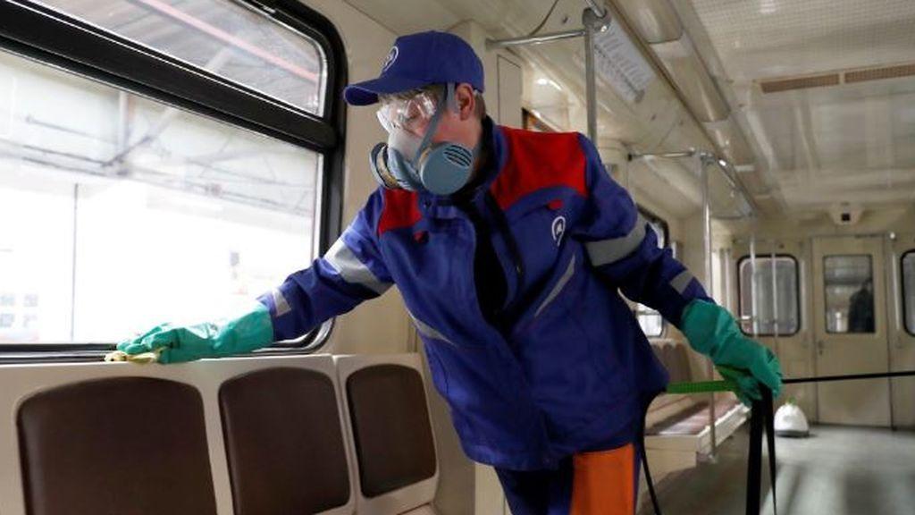 En Moscú, empleados protegidos con mascarillas desinfectan el servicio de tranvía de la ciudad