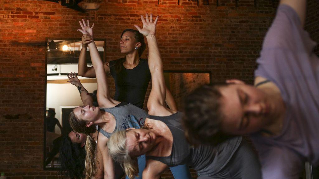 clase practicando asanas de yoga