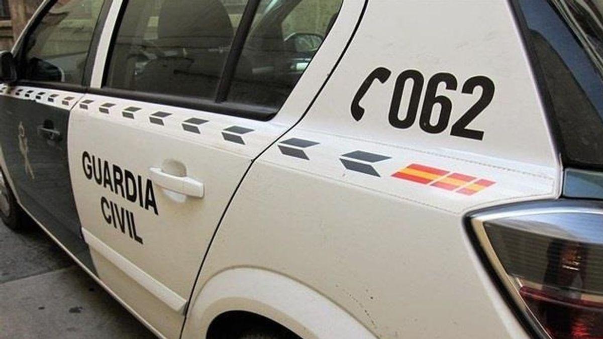 Agentes de la Guardia Civil compran hielo para salvar órganos de transplante en Orihuela