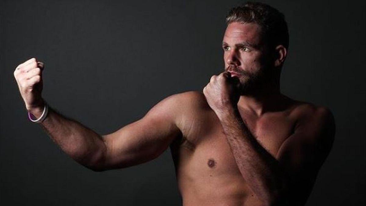 """Un campeón del mundo de boxeo cuelga un vídeo para enseñar a golpear a las mujeres en la cuarentena: """"Se veneno en la cara"""""""