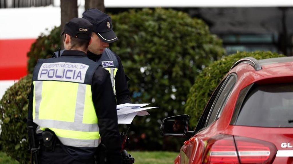 """La policía detiene a una mujer de Madrid por desobedecer seis veces la prohibición de salir a la calle: iba """"a estirar las piernas"""""""