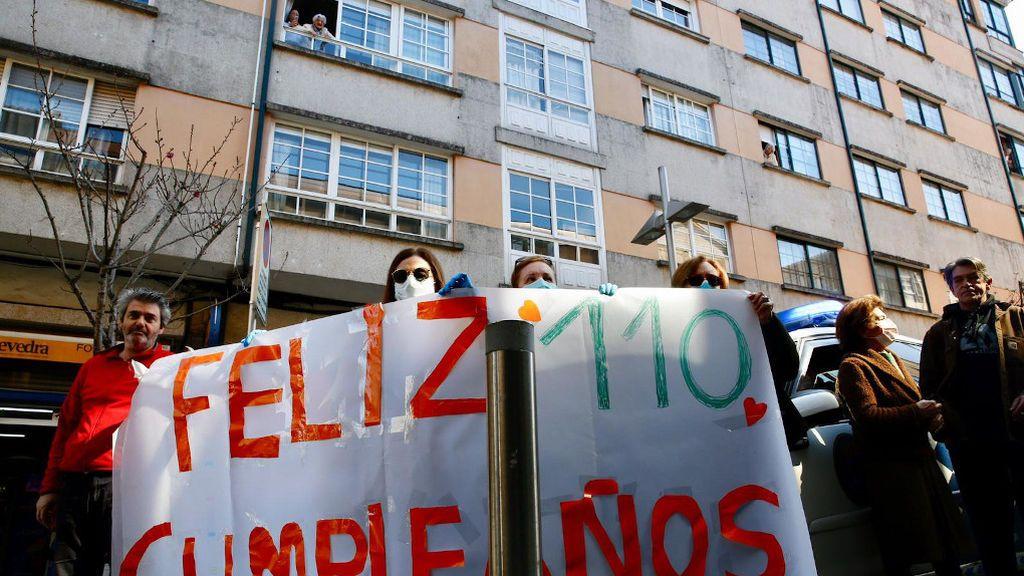 Familiares de Lulú sujetan una pancarta ante su ventana