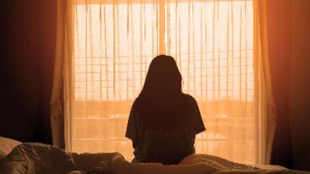 El ansia por fumar, estar con los amigos, sentirse invulnerable: el dilema de tener a un adolescente aislado