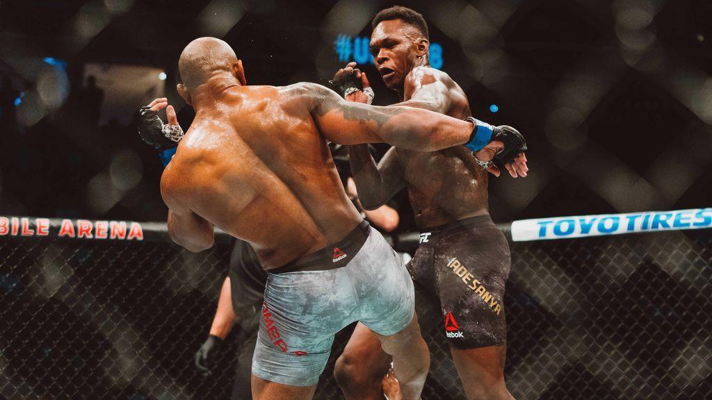 dos luchadores con guantes de MMA