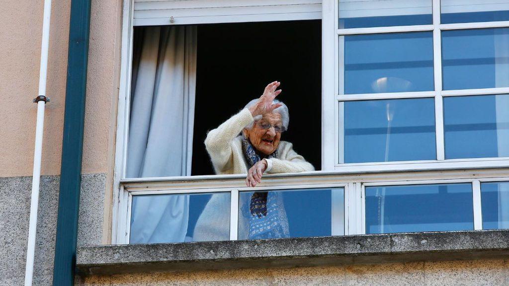 Lulú, saludando desde su ventana