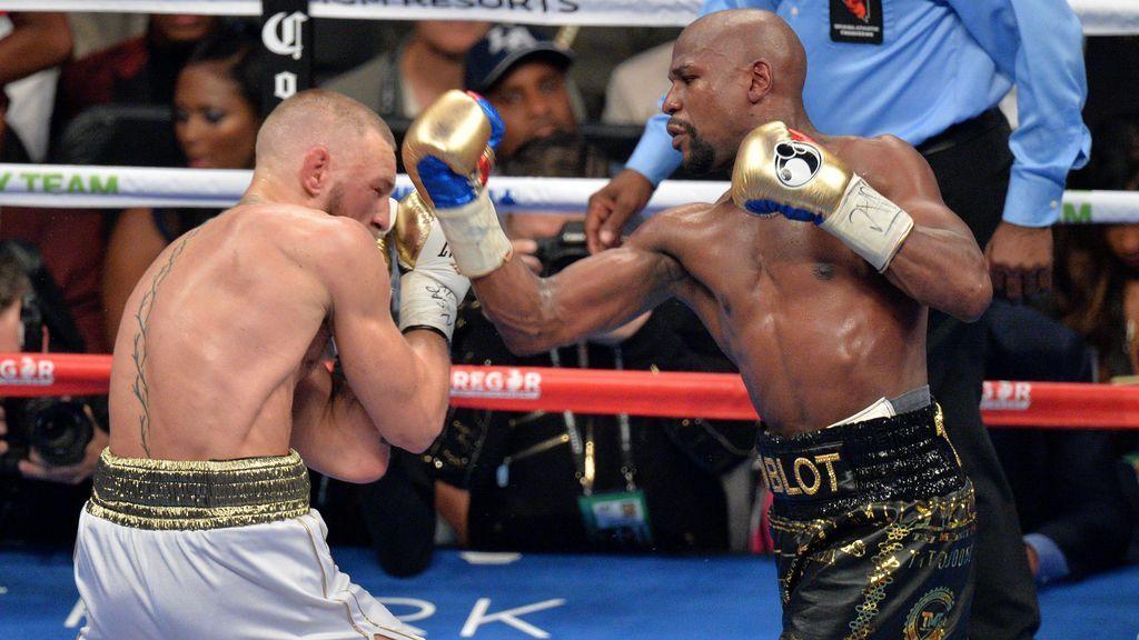 Conor McGregor peleando contra Mayweather