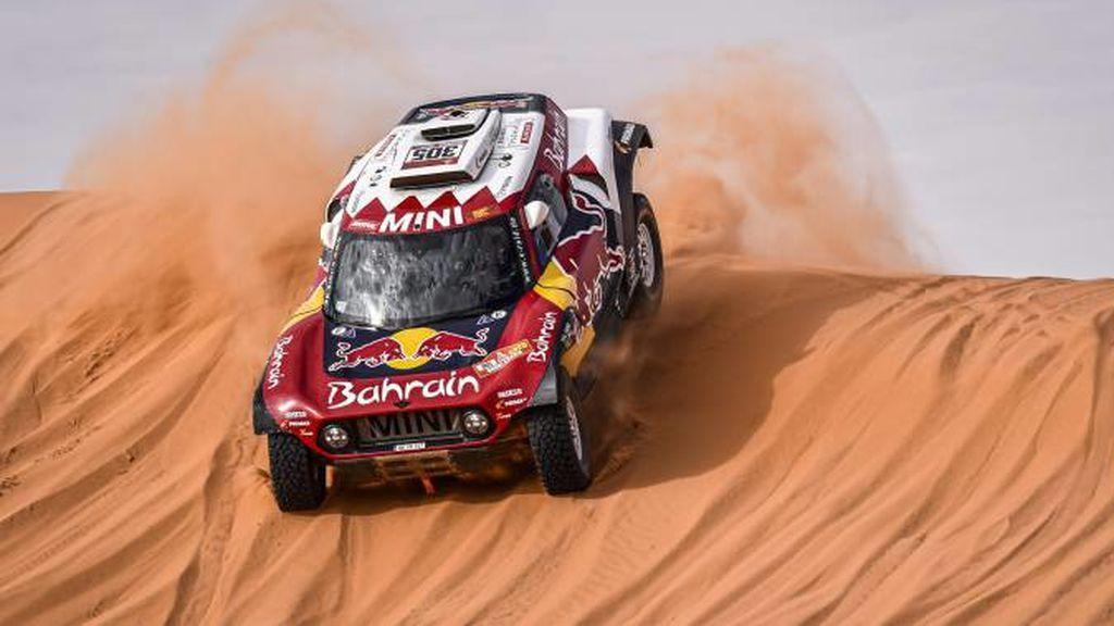 Carlos Sainz pilotando a través de las dunas