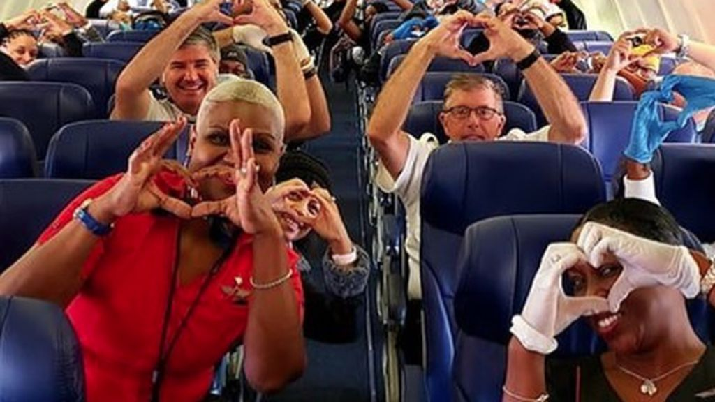 """La foto de esperanza de los sanitarios de Estados Unidos que viajan a Nueva York en pleno """"tsunami"""" de contagios"""