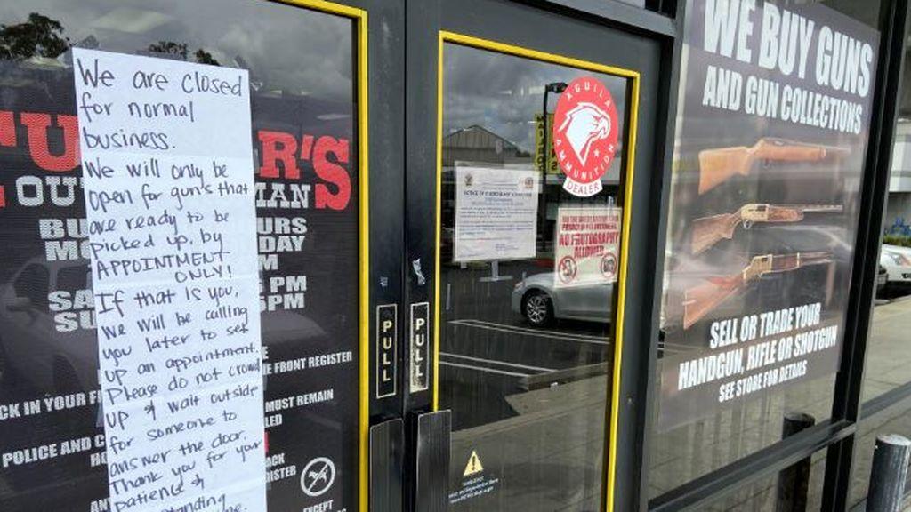 Tienda de armas cerrada por el confinamiento en Los Angeles