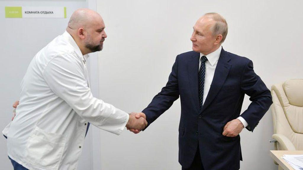 El director del hospital para coronavirus de Moscú confirma su positivo días después de verse con Putin