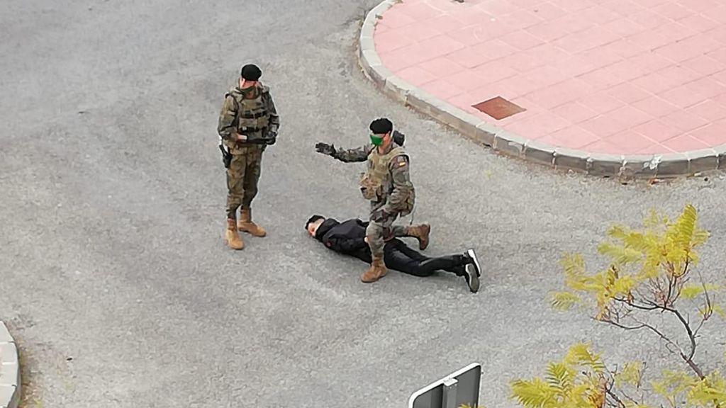 Soldados del Ejército del Aire detienen a un joven por incumplir el confinamiento