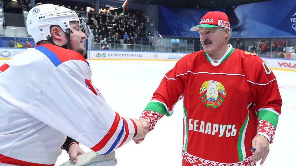 Beber vodka y jugar al hockey: la receta del presidente de Bielorrusia contra el coronavirus