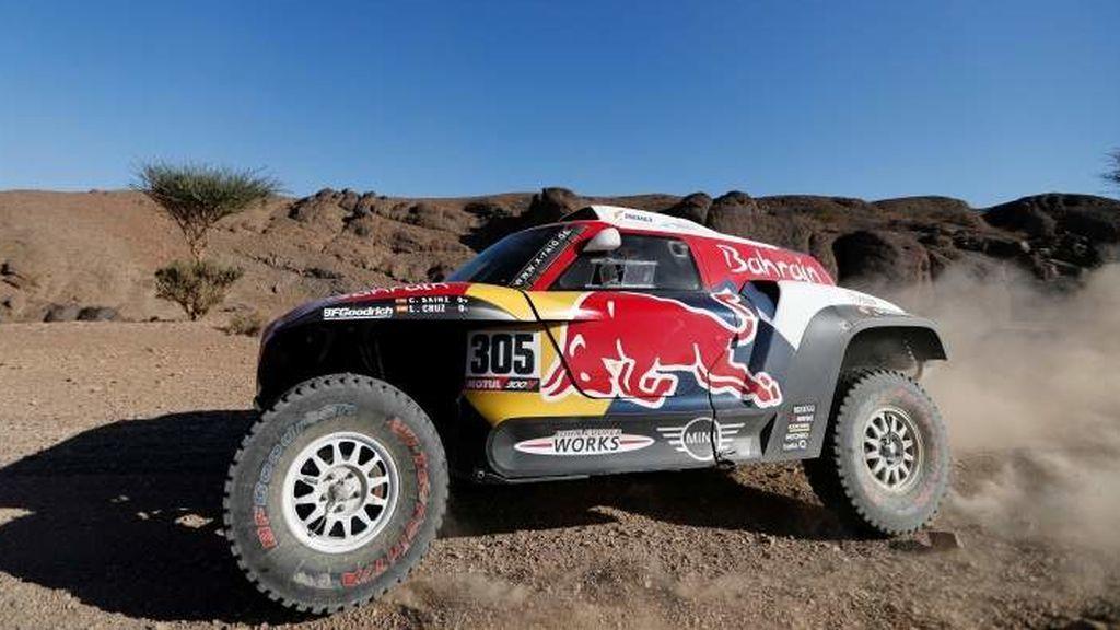 Carlos Sainz conduciendo su mini durante el Dakar