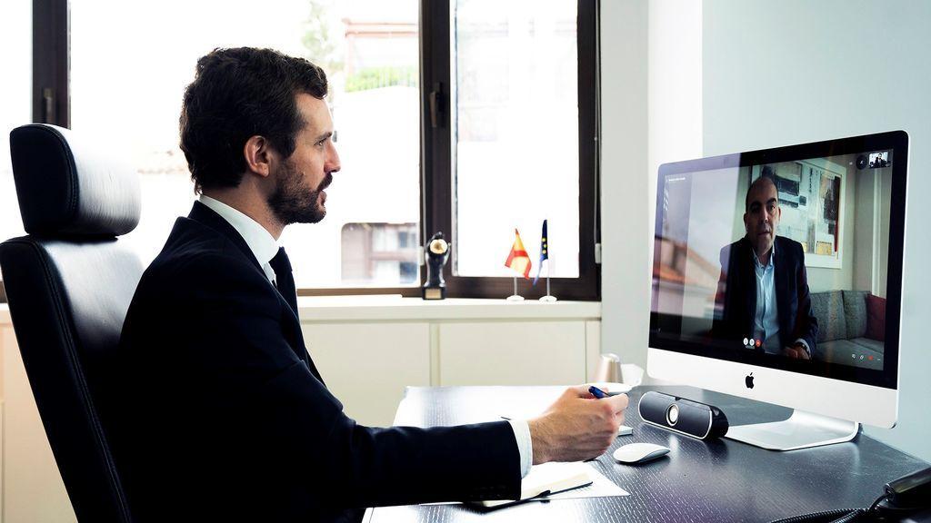 El presidente del PP, Pablo Casado, en una reunión por videoconferencia con el presidente de la Asociación de Trabajadores Autónomos, Lorenzo Amor