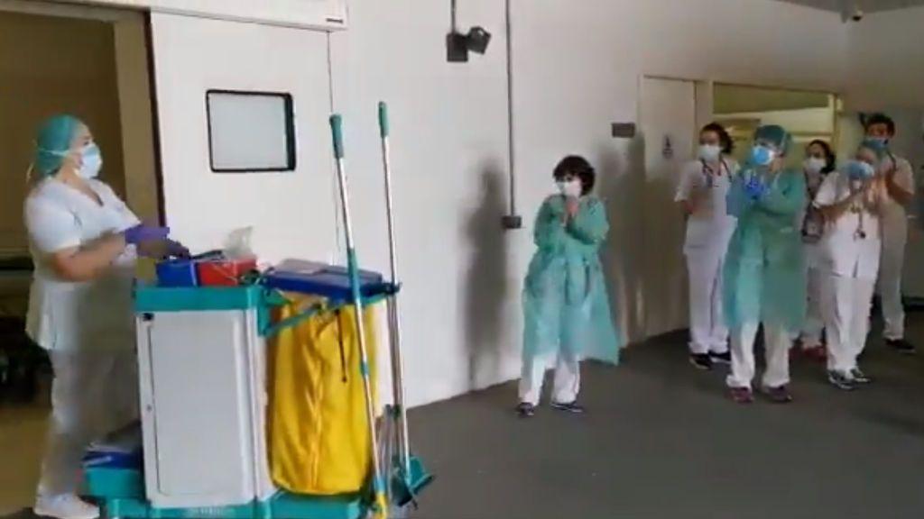 Emotivo aplauso de los sanitarios a las limpiadoras en el hospital Sant Joan de Déu