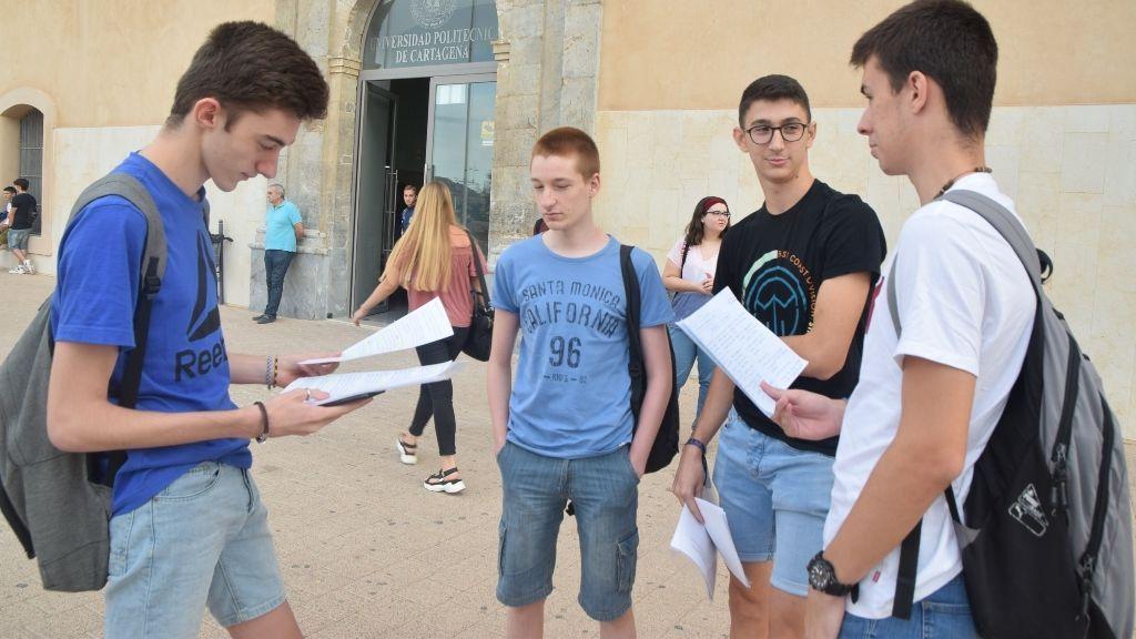Estudiantes esperando a hacer la prueba de selectividad