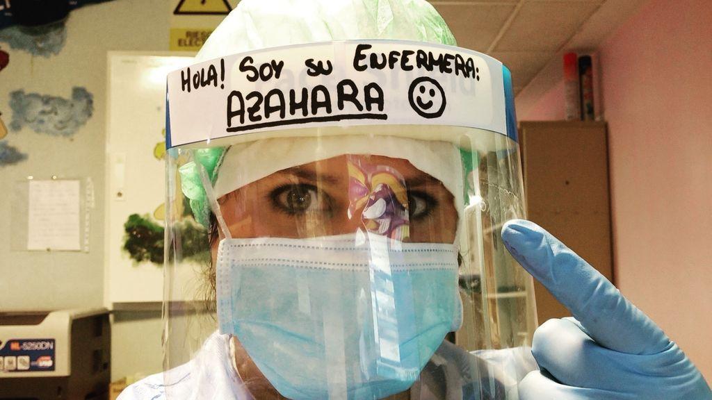 """""""Hola, soy tu enfermera Azahara"""": el cartel en un EPI que cambia la vida de los enfermos"""