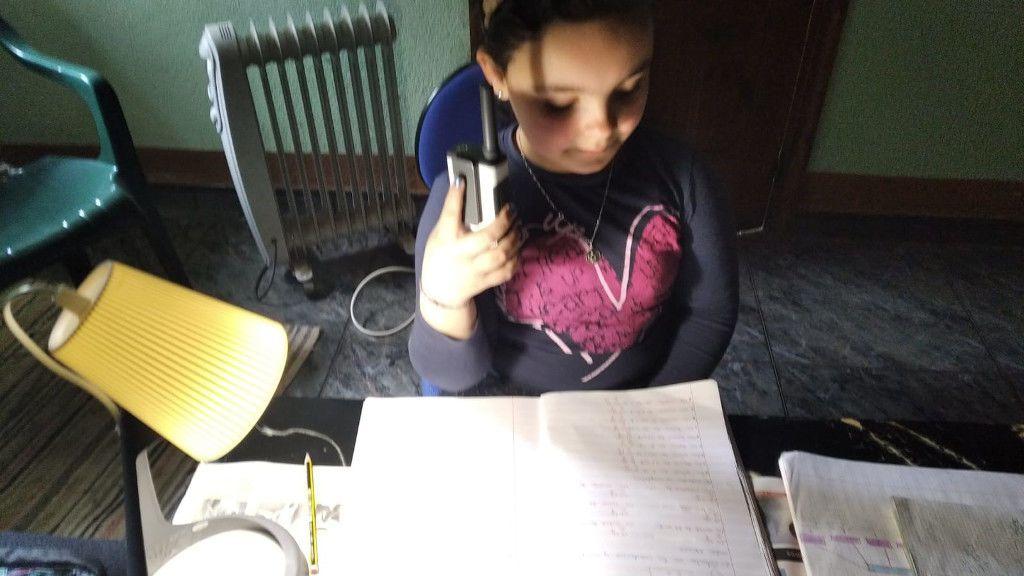 Elia, otra alumna, corrigiendo los ejercicios