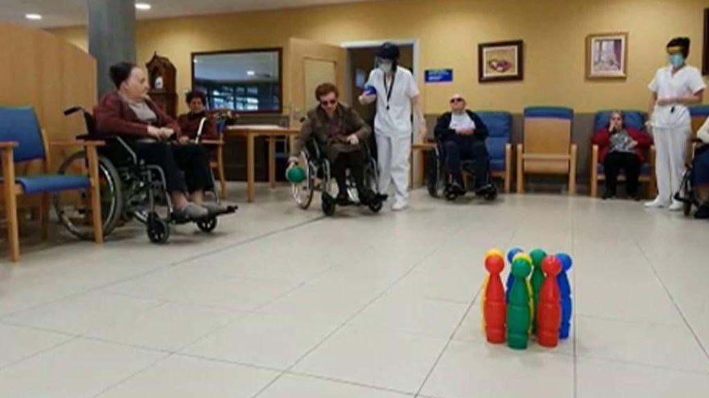"""Los cuidadores atrapados con sus pacientes: """"Nos quedamos con nuestra otra familia"""""""