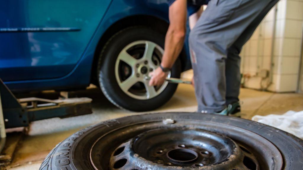 Un mecánico cambia un neumático